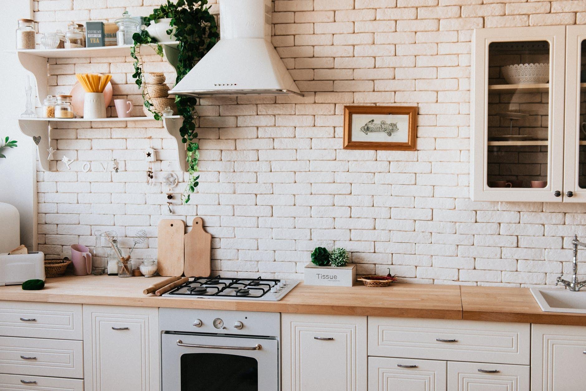 Biała Kuchnia Z Drewnianym Blatem Jak Zaaranżować